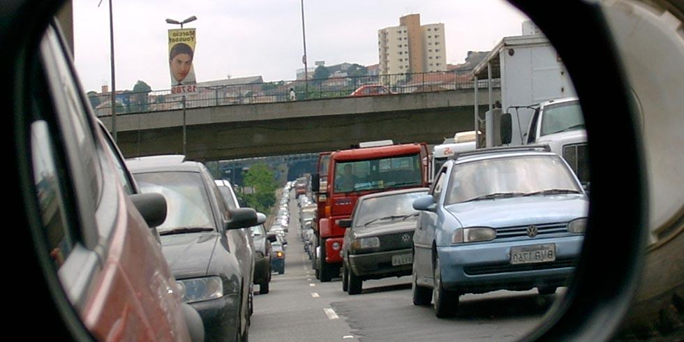 Aumento da frota de automóveis e diminuição na emissão de poluentes no Brasil