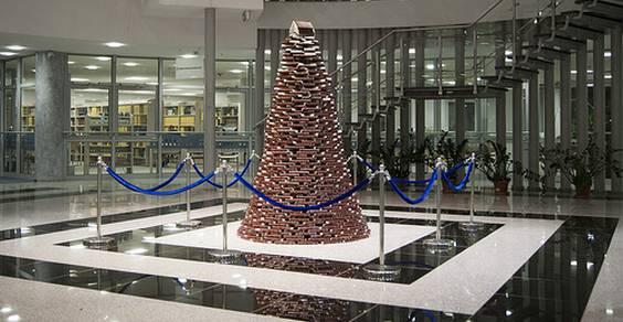 árvores de Natal feitas com livros