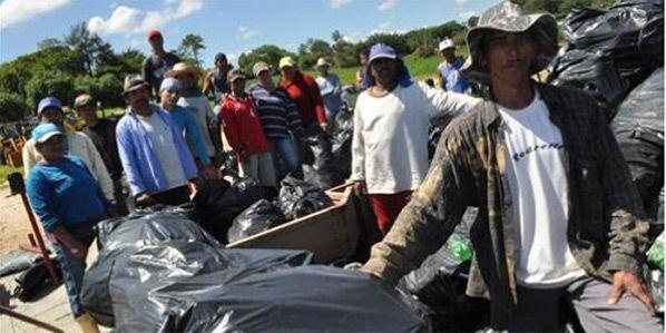 ambientalistas e pescadores recolhem lixo de rio Tietê