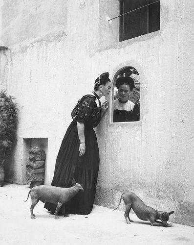 Frida Kahlo com cachorros