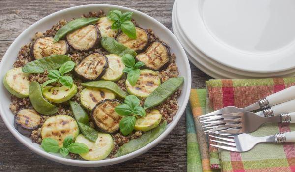 salada berinjela abobrinha quinoa grãos