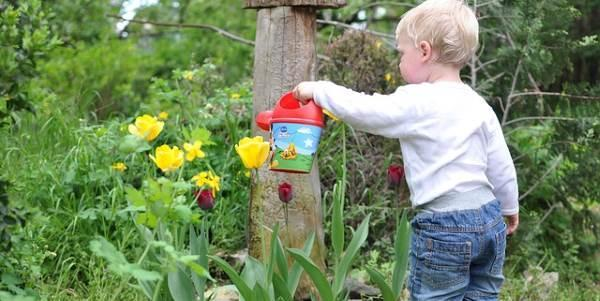 Criança jardinagem