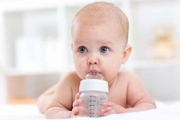 bebê beber água