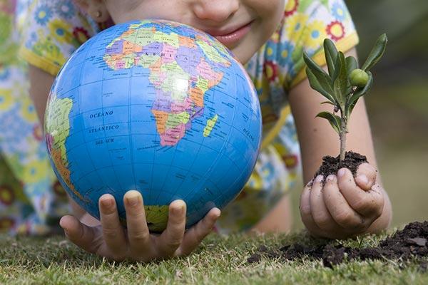 """Resultado de imagem para crianças plantandos árvores"""""""