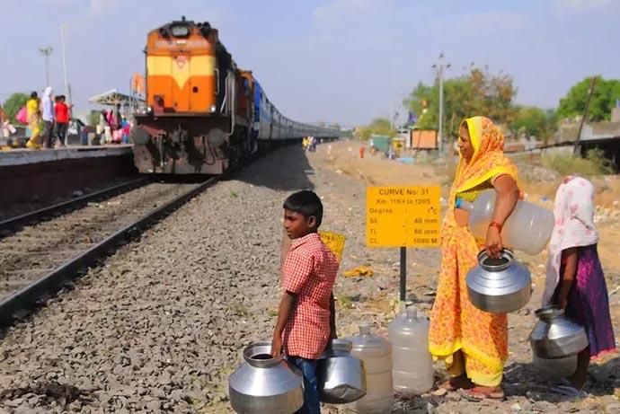 criança agua india 2