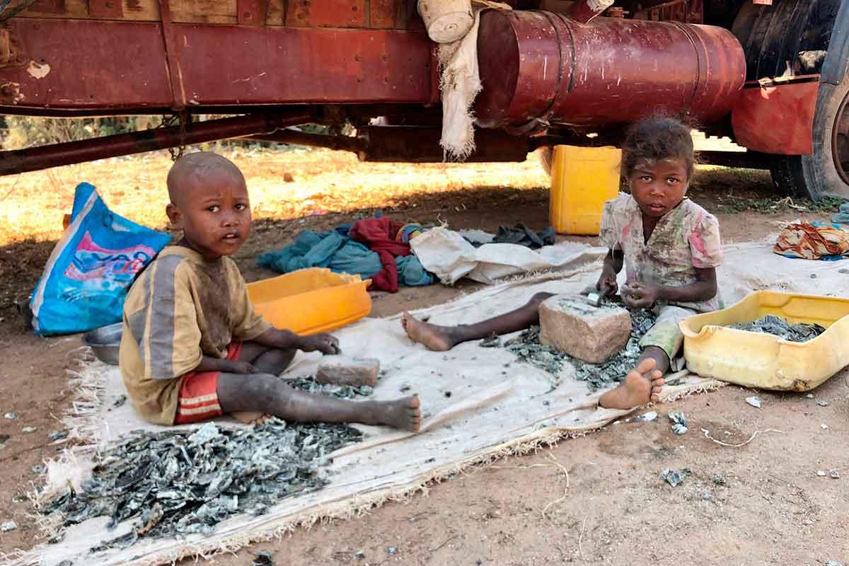 crianças trabalhando em minas