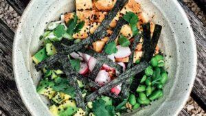 Poke Vegano com tofu, rabanete, abacate, alga e cebolinha francesa